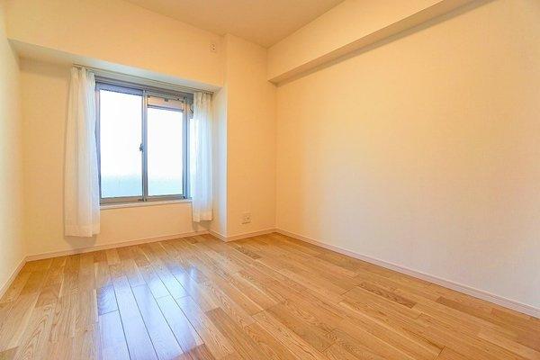 窓からの明かりが嬉しい洋室 収納スペースもあり、お部屋を広く使えます♪