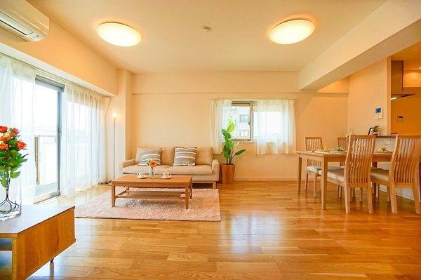 どこか落ち着きのある内装のリビングです! 形もよく家具の配置もしやすいです!