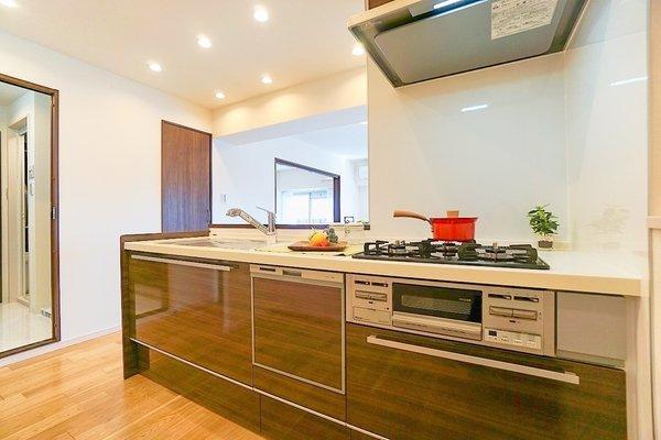 対面式のキッチンはお料理中でも家族とのお話も弾みます! 充分なキッチンスペースを確保します!