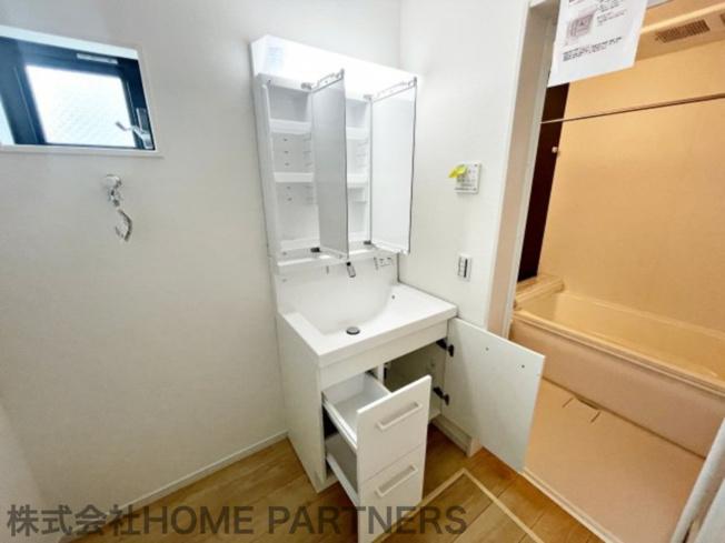 三面鏡付独立洗面化粧台/収納棚付/窓有り/広々脱衣場
