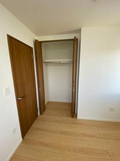 1F洋室4.8帖の写真です。クローゼットもあります。