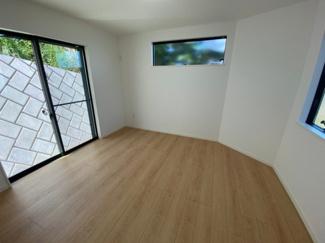 1F洋室7.5帖の写真です。3面採光で明るいお部屋です。