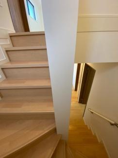 2階に続く階段です。手すりも付いていますので安心ですね。