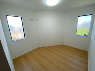 1F洋室4.8帖の写真です。2面採光なので明るいです。