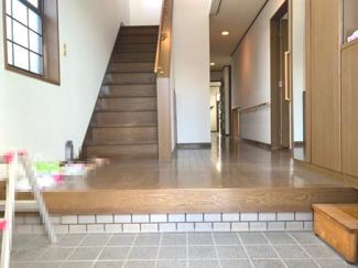 大窓で陽の入り、視界、開放感があり、リビングだけで12畳と広いので大家族の方でもゆったり出来ます。