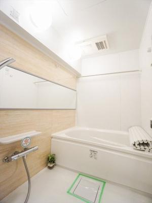 モダンで明るいバスルームです。追い炊き機能と浴室乾燥機付きです。