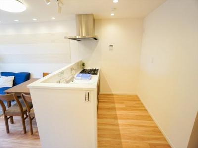 上部収納をあえてなくし、視界が遮られず解放感のあるキッチンです。