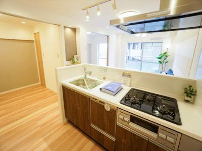 食洗機付き・浄水機能内蔵の水栓付きで充実のシステムキッチンです。