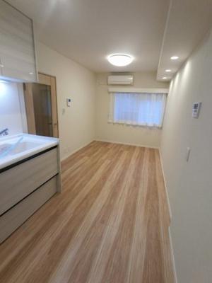 8.8帖のダイニングキッチンは壁付けタイプでお部屋を広くお使いいただけます。 バルコニー付で風通し◎