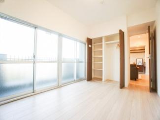 ワイドな窓から明るい陽射しが差し込む洋室約6.9帖。