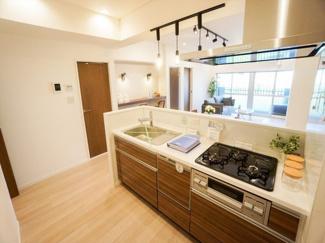 人気のオープンキッチンはあえて収納を設置せず広い空間を活かしています。小さいお子様にも目が届くので安心してお料理ができます。