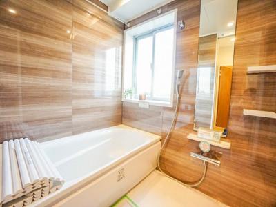 温かみのある印象の浴室。小窓が付いているので、換気や採光が取れます。浴室換気乾燥暖房機能付きなので、雨の日の洗濯物も安心して干せます。