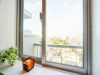 浴室小窓からの眺望。景色を眺めながら、一日の心身の疲れを癒してくれるリラクゼーション空間。