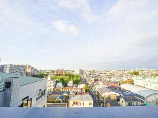 最上階につき、バルコニーからは開放的な眺望が広がります。
