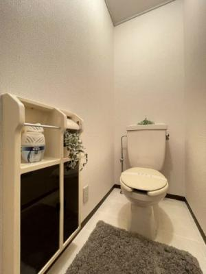 1階・人気のバストイレ別です♪トイレットペーパーなどの小物を置ける棚付きです♪