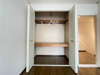 2階・階段を上がってバルコニー側奥にある、洋室6帖のお部屋にあるクローゼットです♪お洋服もしわにならず、キレイに収納できます☆
