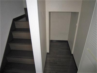 階段下収納です!かさ張るお掃除用品などもすっきり収納できて便利!※参考写真※
