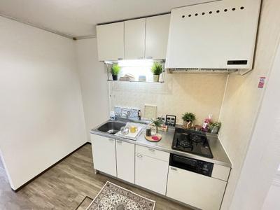 2口ガスコンロ付きシステムキッチンです☆場所を取るお鍋やお皿もすっきり収納できます♪