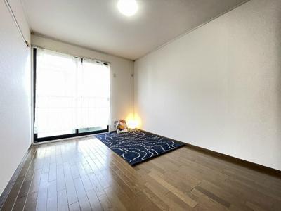 2階・バルコニーに繋がる南東向き洋室6帖のお部屋です!子供部屋や書斎・寝室など多用途に使えそうなお部屋です♪クローゼットを完備しています☆