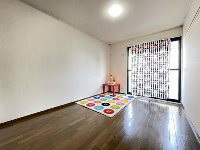 2階・収納スペースのある南東向き洋室6帖のお部屋です!荷物をたっぷり収納できてお部屋がすっきり片付きます☆