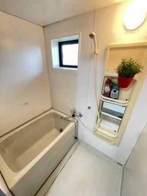 家族の入浴時間がずれても温められる追い焚き機能付きのバスルーム☆換気のできる小窓があります♪お風呂に浸かって一日の疲れもリフレッシュ☆