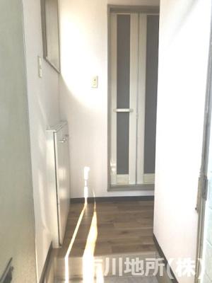 玄関脇に小窓が付いているので日中は明るいです