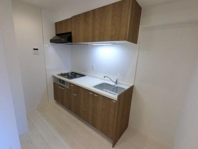 3口ガスコンロのシステムキッチンです。 壁付けタイプでお部屋を広くお使いいただけます。