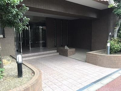 総戸数39戸、外壁タイル貼りで高級感漂うマンション。