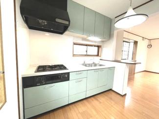 食器棚やキッチン周りの色合いが程よいアクセント