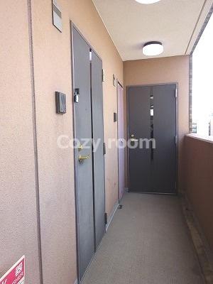 玄関前及び共有廊下です。