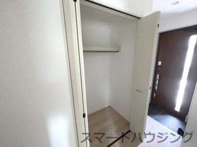 玄関脇にも大型の収納スペースがあります。 下駄箱の他にこの収納スペースはありがたいです。