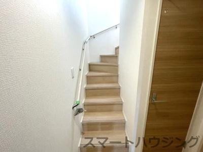 2階に上がる階段です。 手摺がついていると昇降が楽です。
