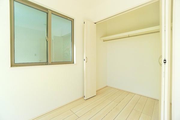 大きな収納があります♪ お部屋の中もスッキリと使用して頂けます。 お洋服以外にも収納できるのもありがたいですね!