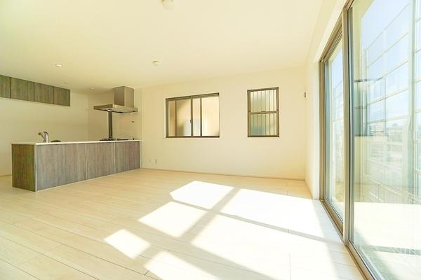 明るいリビングは、家族が集まる大事な空間♪ 形もよく家具の配置にも困りません!