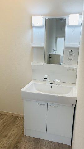 シャワー付洗面化粧台です。歯ブラシやドライヤーなどが収納できます。