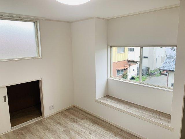 2階6.5帖 ベンチがあるので腰掛けたり、飾り棚として使ってもいいですね。