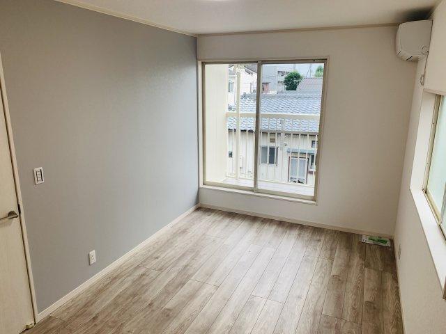 2階7.5帖 バルコニーがあり大きな掃出し窓で明るいお部屋です。