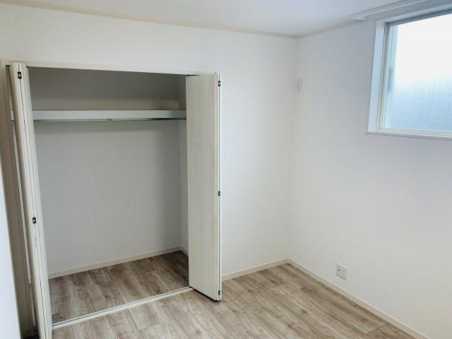 2階5.25帖 使い勝手のよいクローゼットです。収納ケースを利用して上手に片づけたいですね。