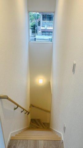 手すり付階段です。お子様も安心して階段の上り下りできますね。窓があるので明るいですね。