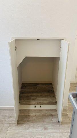 洗面室の階段収納です。ストック品を収納するのに便利ですね。