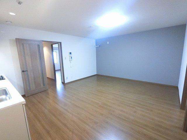 14.5帖のリビングです。室内は柱型の出ない壁式構造で家具のレイアウトがしやすいです♪ 全室6.0帖以上でゆとりがございます。