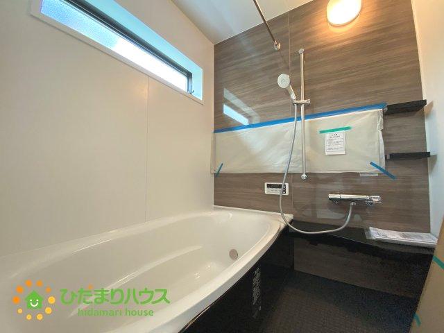 アクセントクロスがオシャレな広々とした浴室♪足を伸ばしてゆっくりおくつろぎいただけます!