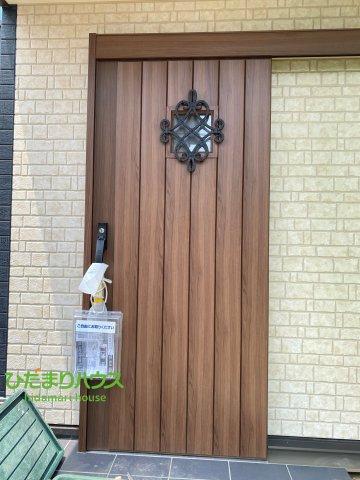 木のデザインが可愛らしい玄関ドアです♪