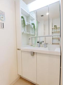 洗面台は収納力の高い三面鏡タイプ、お手入れ簡単なボウル一体型