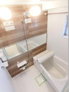 バスルームには窓があり爽やかです、もちろん浴室乾燥機付です