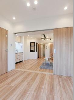 洋室とLDKの間は引戸なので、広く開けて使いやすい設計です