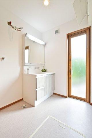 -同社施工例- 収納とお好みの棚を置けるスペースの配置を工夫して、清潔感のある室内を保てる設計もできます。