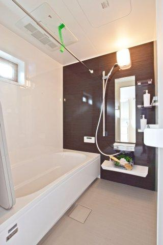 -同社施工例- 収納がしっかりあると広々とした空間の洗面室になりますね。