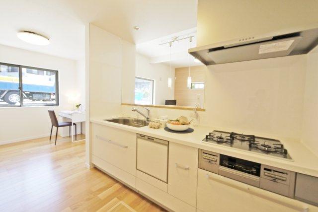 -同社施工例- 対面式キッチンならリビングの様子も一望できます。