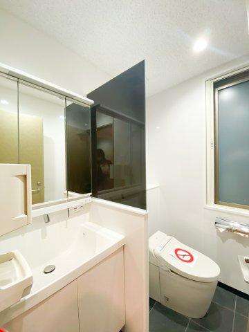 広々した洗面付きトイレ。